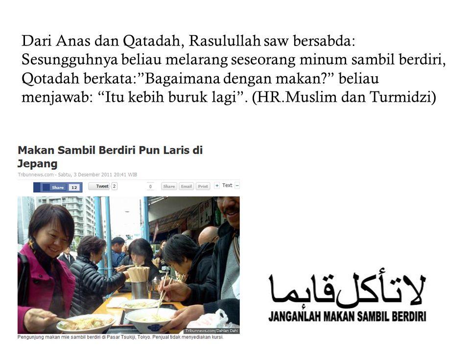 """Dari Anas dan Qatadah, Rasulullah saw bersabda: Sesungguhnya beliau melarang seseorang minum sambil berdiri, Qotadah berkata:""""Bagaimana dengan makan?"""""""