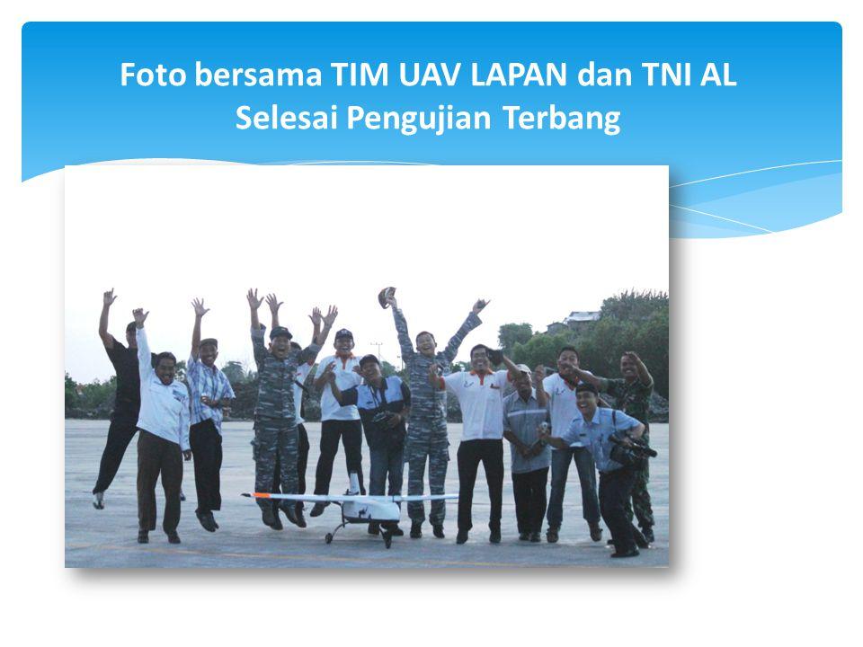 Foto bersama TIM UAV LAPAN dan TNI AL Selesai Pengujian Terbang