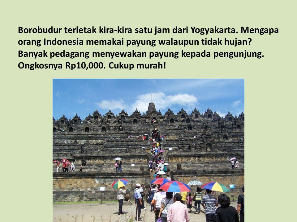 Borobudur terletak kira-kira satu jam dari Yogyakarta. Mengapa orang Indonesia memakai payung walaupun tidak hujan? Banyak pedagang menyewakan payung