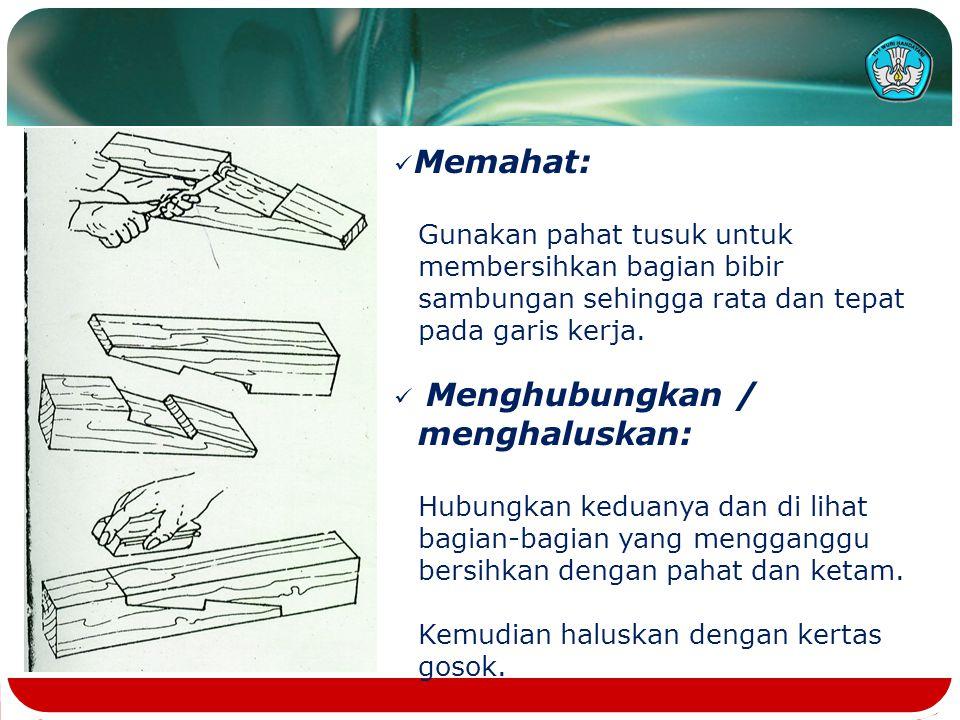 Memahat: Gunakan pahat tusuk untuk membersihkan bagian bibir sambungan sehingga rata dan tepat pada garis kerja.
