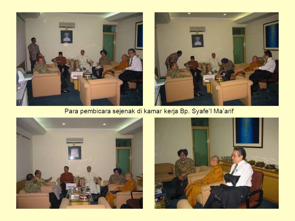 Para pembicara sejenak di kamar kerja Bp. Syafe'I Ma'arif