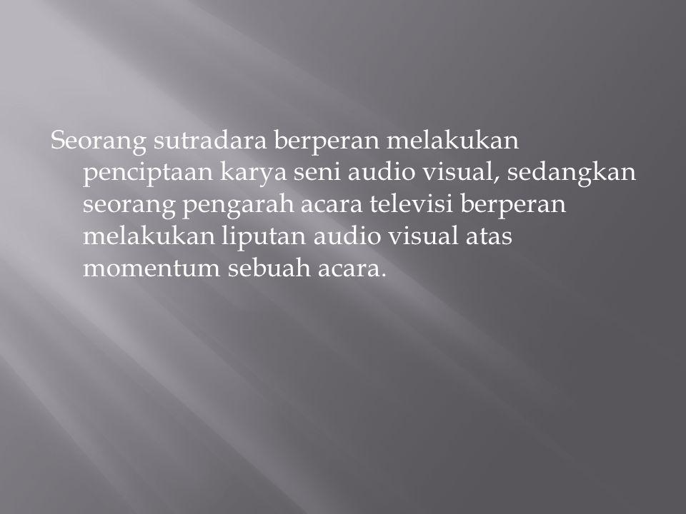 Seorang sutradara berperan melakukan penciptaan karya seni audio visual, sedangkan seorang pengarah acara televisi berperan melakukan liputan audio vi