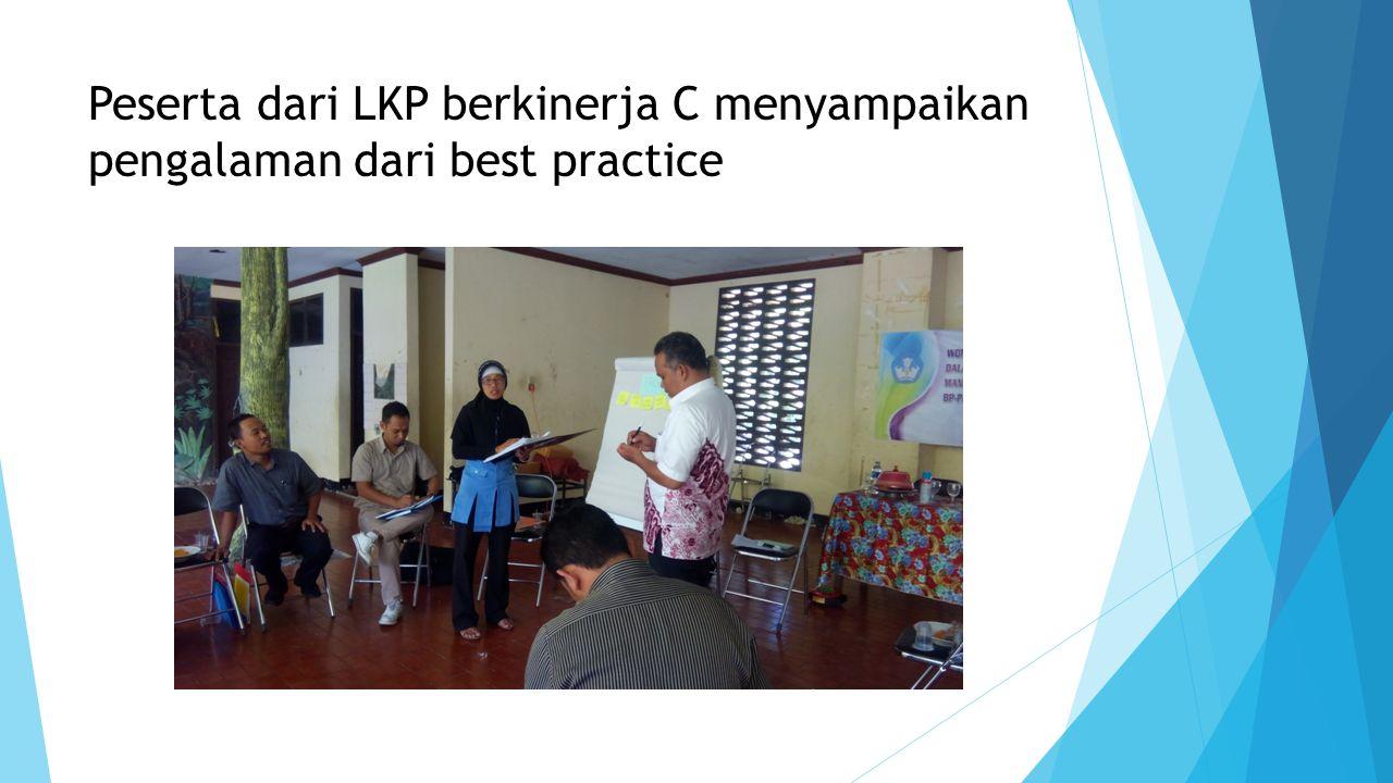Peserta dari LKP berkinerja C menyampaikan pengalaman dari best practice