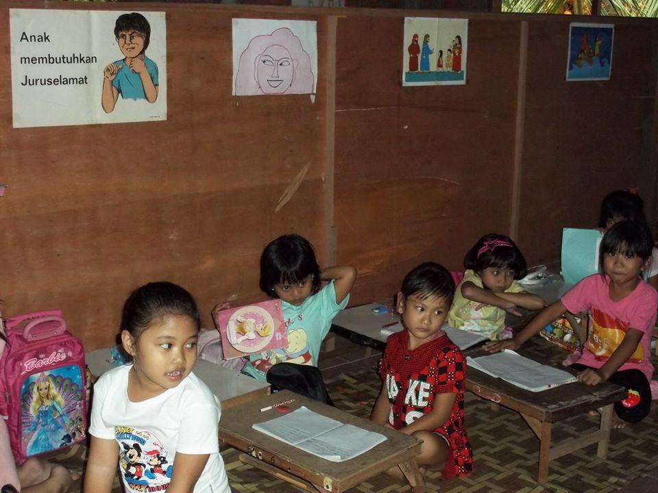 Proses Belajar Mengajar di Kelas Guru di Sekolah Informal Tini's Kid hanya 1 orang saja, yaitu Ibu Tini.