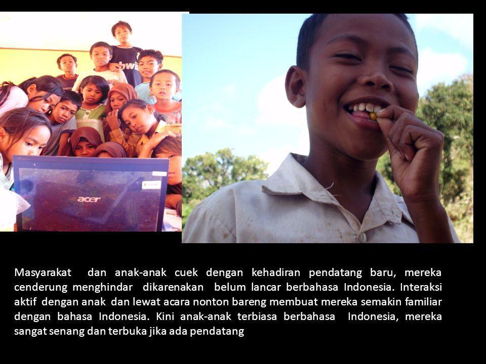 Masyarakat dan anak-anak cuek dengan kehadiran pendatang baru, mereka cenderung menghindar dikarenakan belum lancar berbahasa Indonesia.
