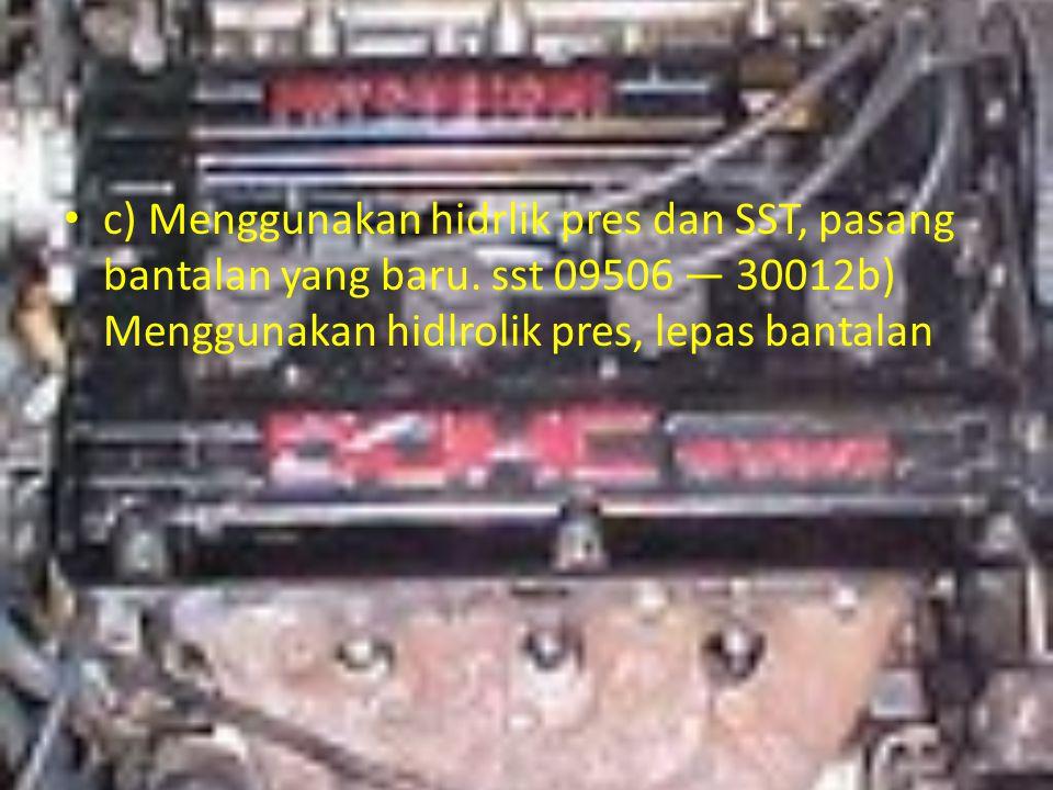 c) Menggunakan hidrlik pres dan SST, pasang bantalan yang baru. sst 09506 — 30012b) Menggunakan hidlrolik pres, lepas bantalan