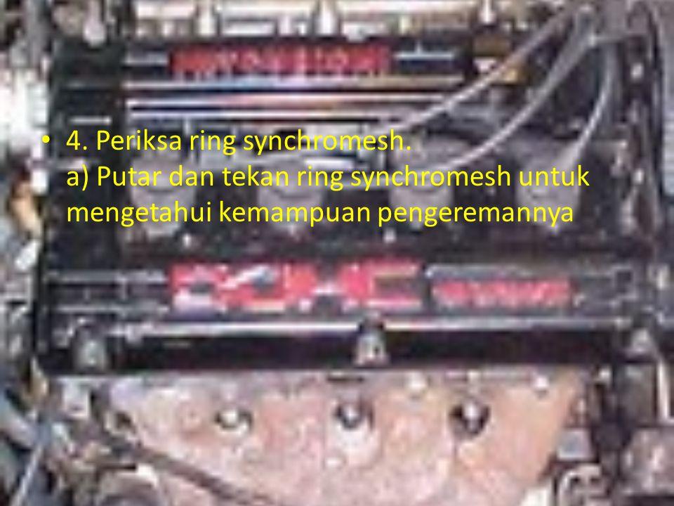 4. Periksa ring synchromesh. a) Putar dan tekan ring synchromesh untuk mengetahui kemampuan pengeremannya