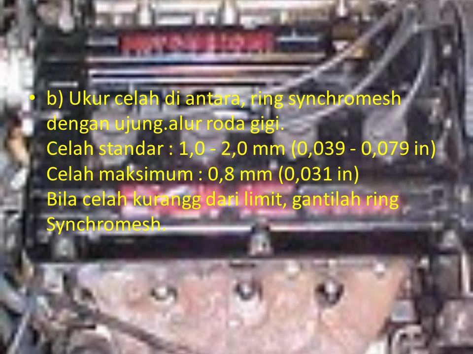 b) Ukur celah di antara, ring synchromesh dengan ujung.alur roda gigi. Celah standar : 1,0 - 2,0 mm (0,039 - 0,079 in) Celah maksimum : 0,8 mm (0,031