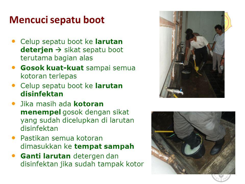 Mencuci sepatu boot Celup sepatu boot ke larutan deterjen  sikat sepatu boot terutama bagian alas Gosok kuat-kuat sampai semua kotoran terlepas Celup