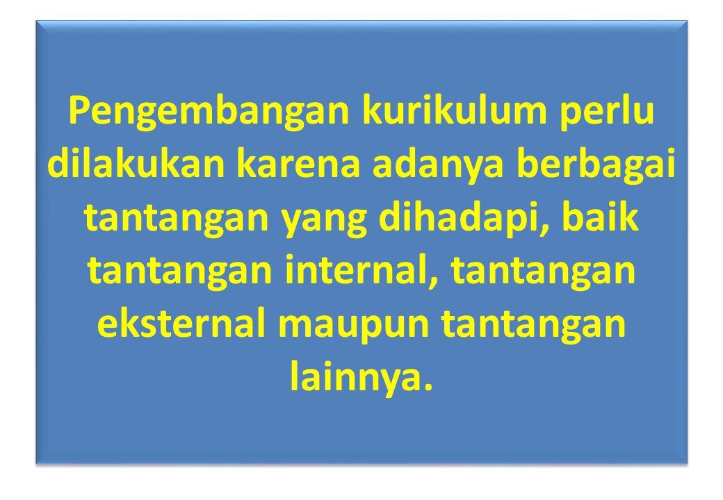 Perubahan pada Bahasa Indonesia/Inggris NoImplementasi Kurikulum Lama Kurikulum Baru 1 Materi yang diajarkan ditekankan pada tatabahasa/struktur bahasa Materi yang dijarkan ditekankan pada kompetensi berbahasa sebagai alat komunikasi untuk menyampaikan gagasan dan pengetahuan 2 Siswa tidak dibiasakan membaca dan memahami makna teks yang disajikan Siswa dibiasakan membaca dan memahami makna teks serta meringkas dan menyajikan ulang dengan bahasa sendiri 3 Siswa tidak dibiasakan menyusun teks yang sistematis, logis, dan efektif Siswa dibiasakan menyusun teks yang sistematis, logis, dan efektif melalui latihan-latihan penyusunan teks 4 Siswa tidak dikenalkan tentang aturan-aturan teks yang sesuai dengan kebutuhan Siswa dikenalkan dengan aturan-aturan teks yang sesuai sehingga tidak rancu dalam proses penyusunan teks (sesuai dengan situasi dan kondisi: siapa, apa, dimana) 5 Kurang menekankan pada pentingnya ekspresi dan spontanitas dalam berbahasa Siswa dibiasakan untuk dapat mengekspresikan dirinya dan pengetahuannya dengan bahasa yang meyakinkan secara spontan