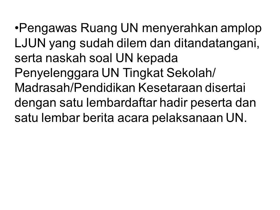 Pengawas Ruang UN menyerahkan amplop LJUN yang sudah dilem dan ditandatangani, serta naskah soal UN kepada Penyelenggara UN Tingkat Sekolah/ Madrasah/
