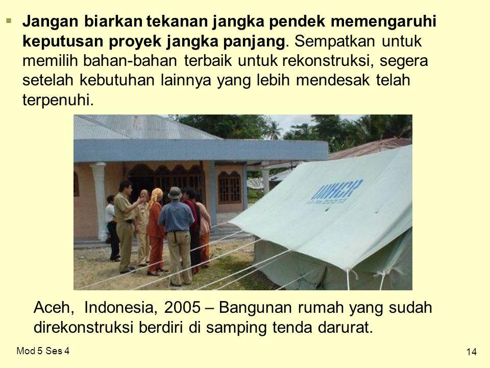 14 Mod 5 Ses 4 Aceh, Indonesia, 2005 – Bangunan rumah yang sudah direkonstruksi berdiri di samping tenda darurat.
