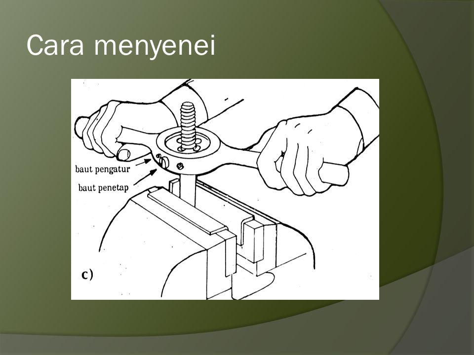 Cara menggunakan snei  Siapkan diameter poros sama dengan diameter nominal ulir yang akan dibuat  Pingul (chamfer) ujung poros yang akan disnei  Te