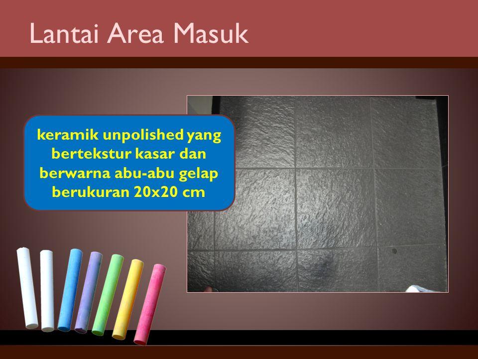 Lantai Area Masuk keramik unpolished yang bertekstur kasar dan berwarna abu-abu gelap berukuran 20x20 cm