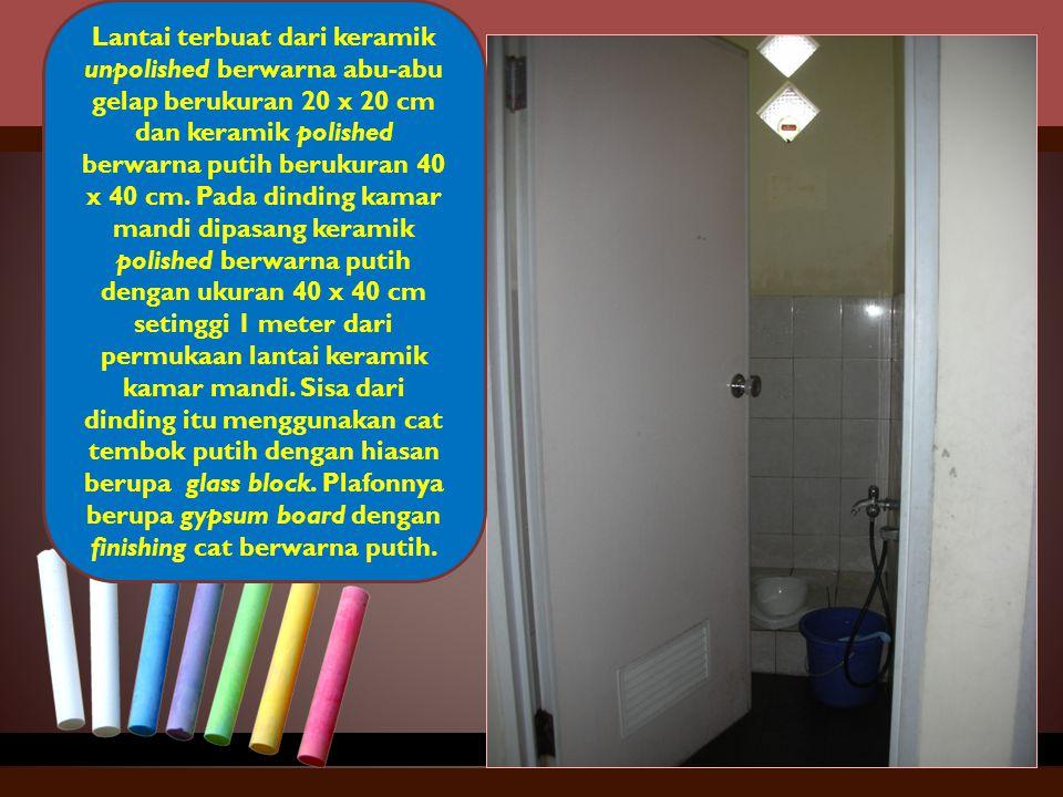 Lantai terbuat dari keramik unpolished berwarna abu-abu gelap berukuran 20 x 20 cm dan keramik polished berwarna putih berukuran 40 x 40 cm. Pada dind