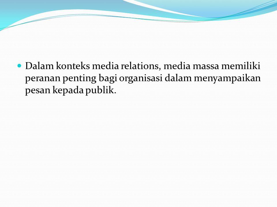Karakteristik Komunikasi Massa Komunikatornya melembaga Pesannya bersifat umum dan untuk kepentingan umum Medianya menimbulkan keserempakan Komunikannya heterogen Berkembang ke media online Internet dapat dimanfaatkan oleh praktisi PR dalam menyampaikan pesan organisasi.