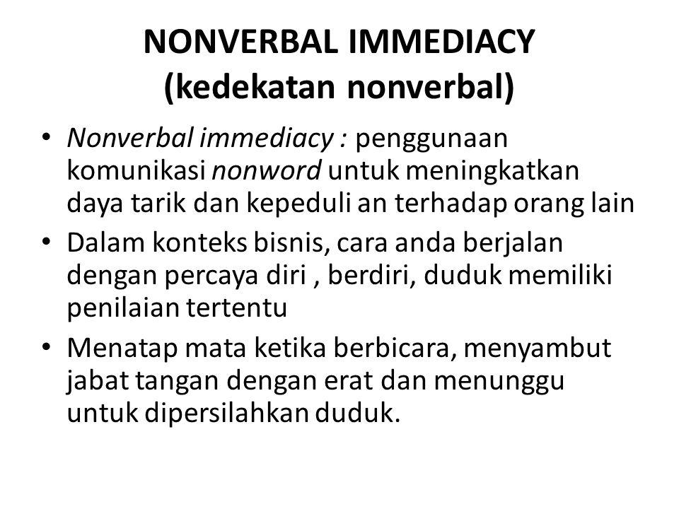 NONVERBAL IMMEDIACY (kedekatan nonverbal) Nonverbal immediacy : penggunaan komunikasi nonword untuk meningkatkan daya tarik dan kepeduli an terhadap o
