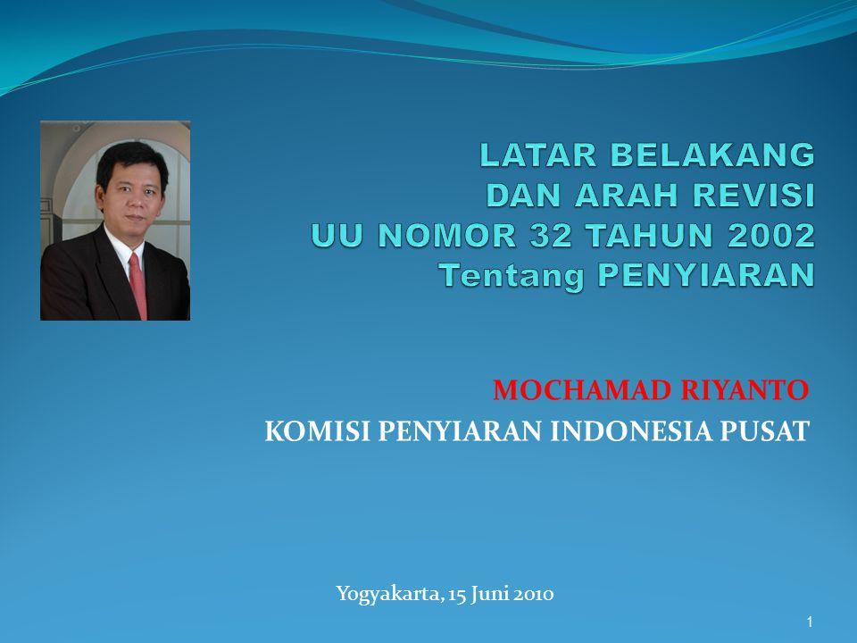 UNDANG-UNDANG NO.32 tentang Penyiaran PALING TIDAK TERDAPAT TIGA ALASAN KUAT LAHIRNYA UU PENYIARAN DI INDONESIA  Pertama, TUNTUTAN DEMOKRATISASI PENYIARAN DAN/ATAU DIJAMINNYA KEMERDEKAAN MENYAMPAIKAN PENDAPAT DAN MEMPEROLEH INFORMASI MELALUI PENYIARAN DI INDONESIA;  Kedua, SEBAGAI SUATU JAWABAN ATAS DINAMIKA HISTORY YANG SPESIFIK YAITU MENEMPATKAN SISTEM PENYIARAN SEBELUMNYA PADA KONFIGURASI KHAS PELAYAN KEKUASAAN REPRESIF YANG TUNDUK PADA KEINGINAN PENGUASA ATAU PEMERINTAH (intrumentalisme represif) YANG MUARANYA MENJADI INTRUMEN ATAU CORONG PEMERINTAH;  Ketiga, ADALAH BENTUK RESPON TERHADAP LIBERALISASI EKONOMI YANG TELAH MERUBAH STRUKTUR PASAR DAN PERTUMBUHAN PESAT INDUSTRI MEDIA PENYIARAN DI INDONESIA 2