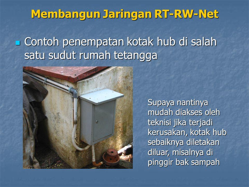 Membangun Jaringan RT-RW-Net Pastikan di setiap lekukan dipasang knee dengan lem plastik, supaya jangan masuk air Contoh penempatan kotak hub di salah