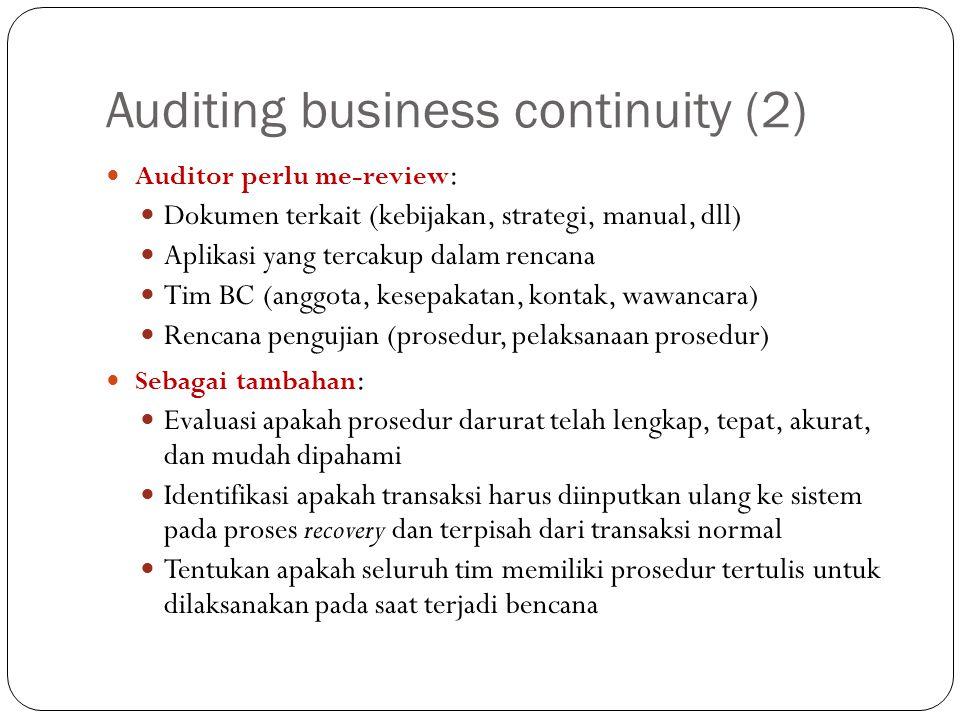 Auditing business continuity (2) Auditor perlu me-review : Dokumen terkait (kebijakan, strategi, manual, dll) Aplikasi yang tercakup dalam rencana Tim