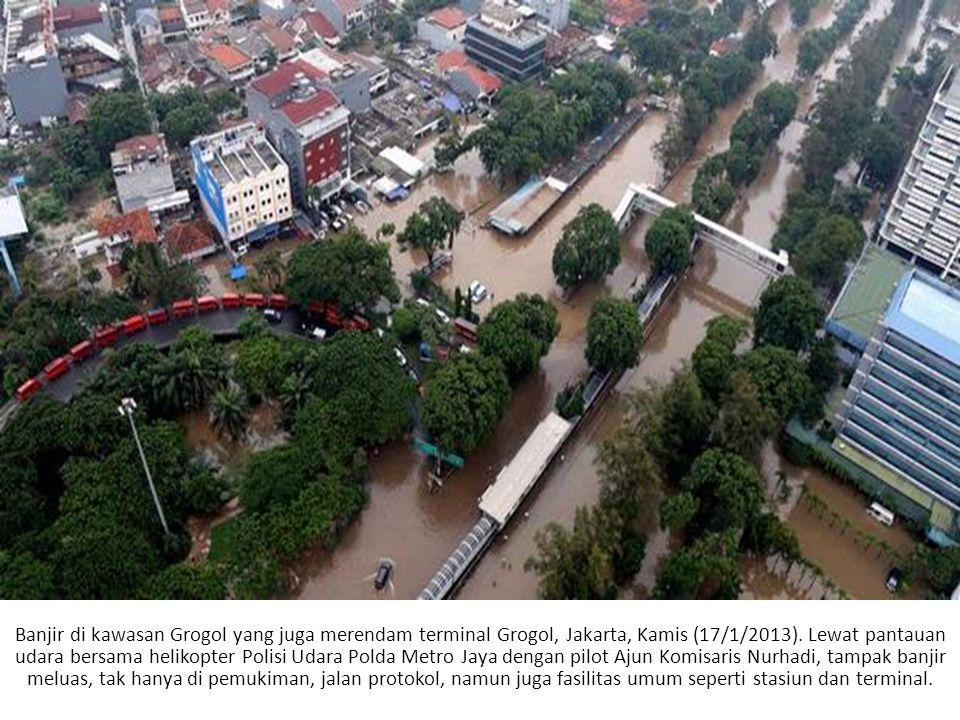 Banjir di kawasan Grogol yang juga merendam terminal Grogol, Jakarta, Kamis (17/1/2013).