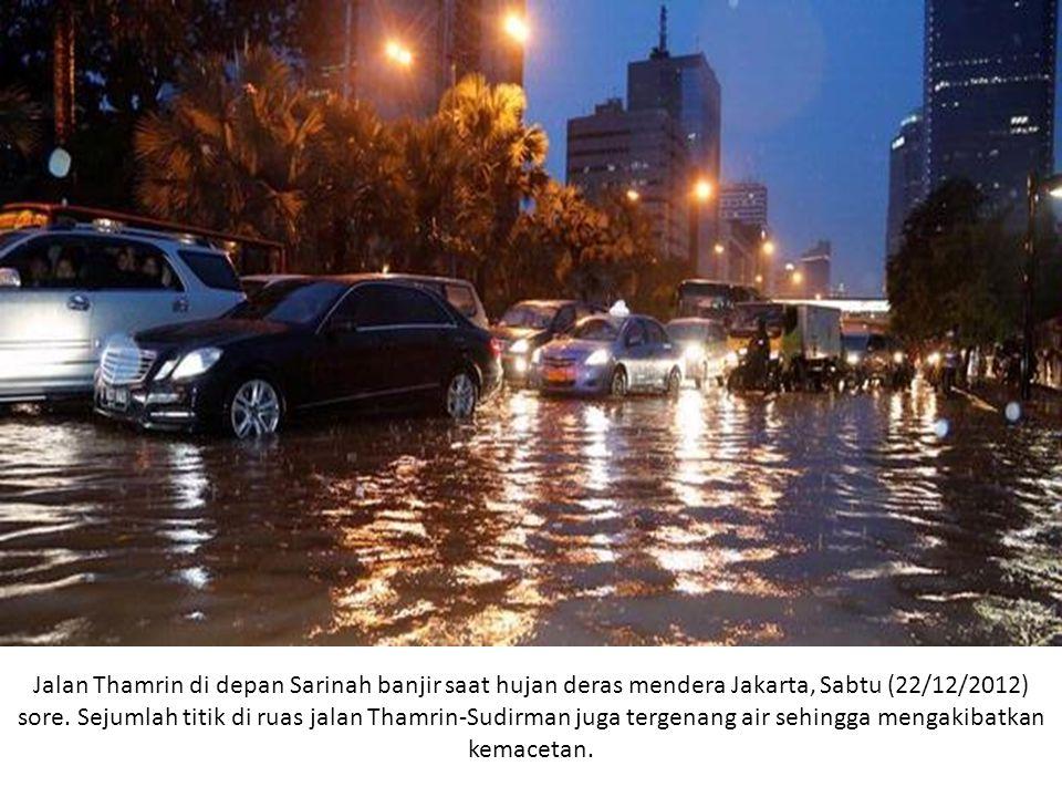 Jalan Thamrin di depan Sarinah banjir saat hujan deras mendera Jakarta, Sabtu (22/12/2012) sore.