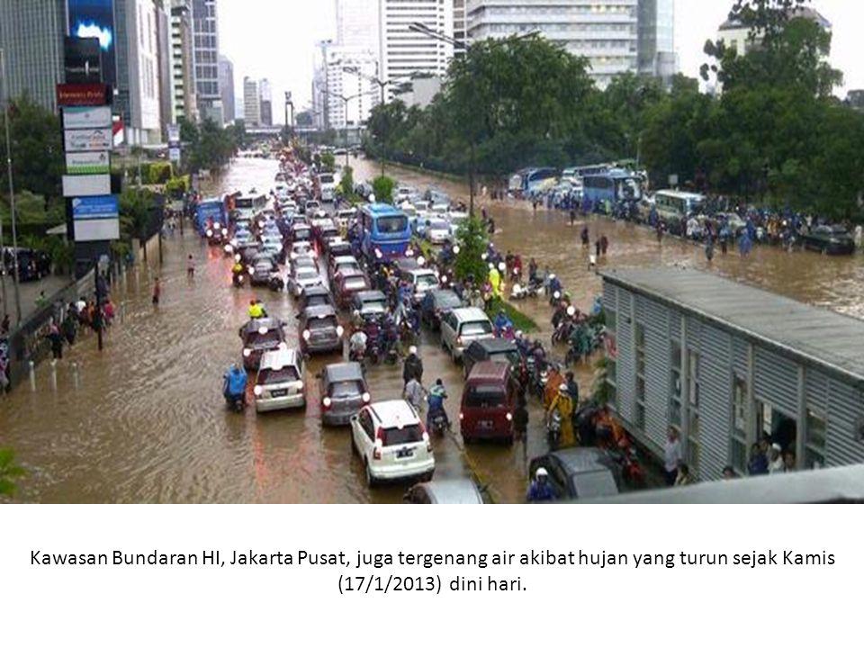 Kawasan Bundaran HI, Jakarta Pusat, juga tergenang air akibat hujan yang turun sejak Kamis (17/1/2013) dini hari.