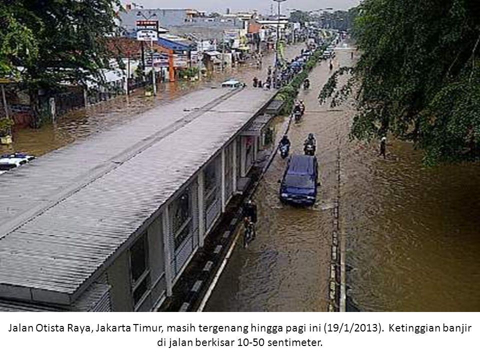 Jalan Otista Raya, Jakarta Timur, masih tergenang hingga pagi ini (19/1/2013). Ketinggian banjir di jalan berkisar 10-50 sentimeter.