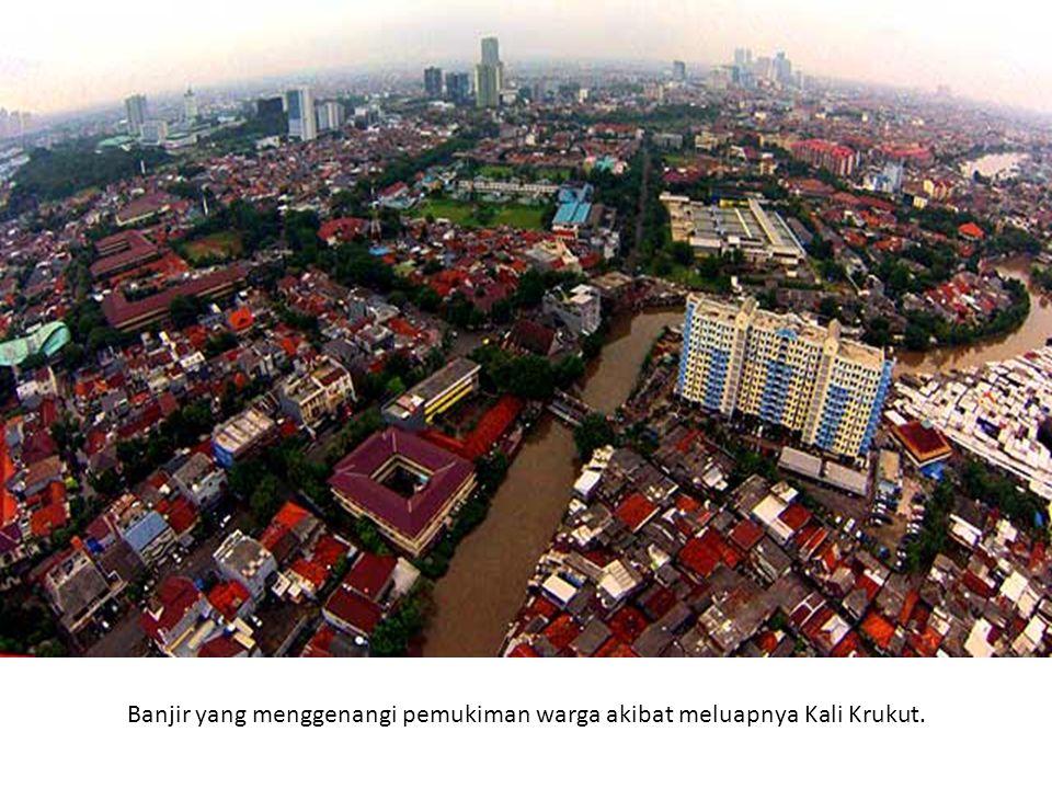 Banjir yang menggenangi pemukiman warga akibat meluapnya Kali Krukut.