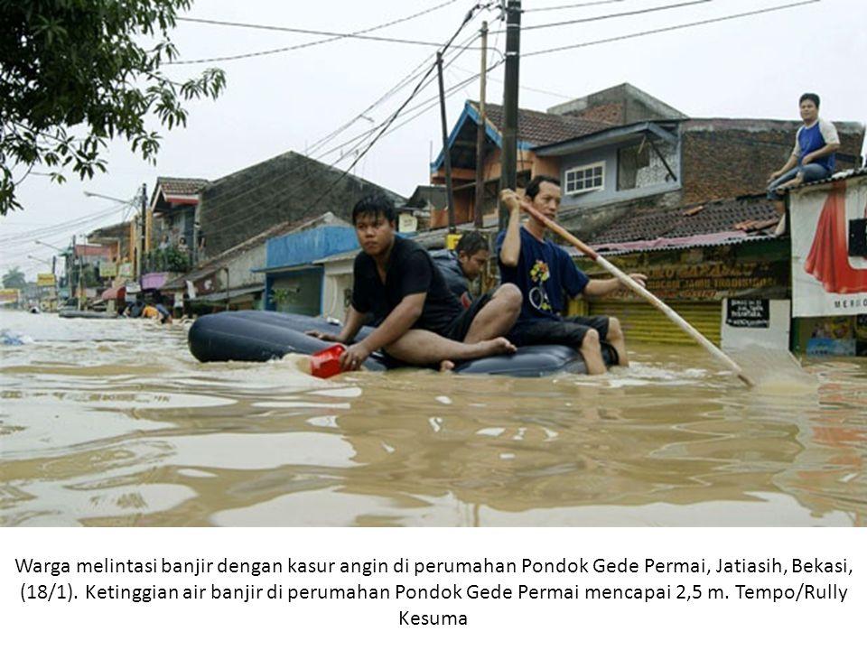 Warga melintasi banjir dengan kasur angin di perumahan Pondok Gede Permai, Jatiasih, Bekasi, (18/1).