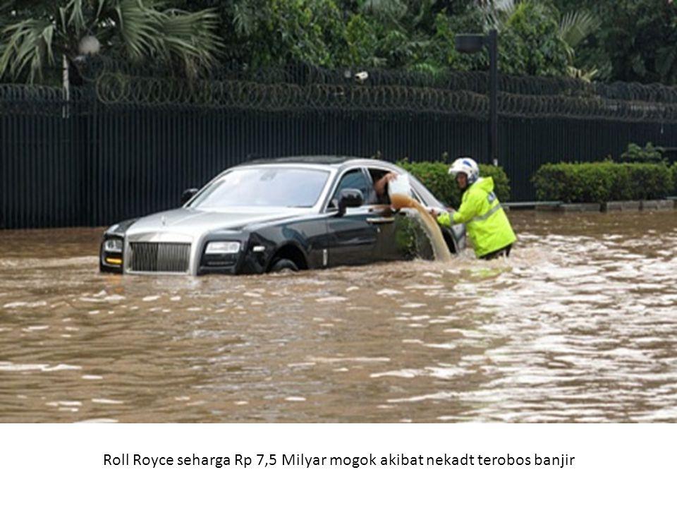 Roll Royce seharga Rp 7,5 Milyar mogok akibat nekadt terobos banjir