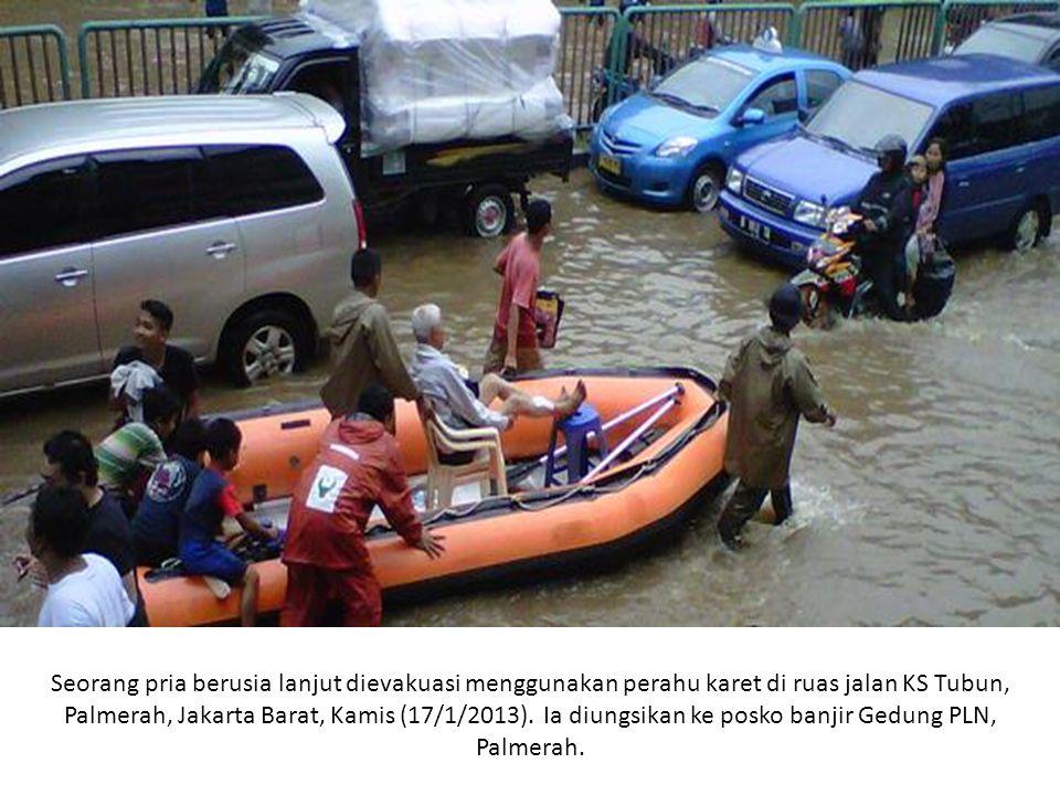 Seorang pria berusia lanjut dievakuasi menggunakan perahu karet di ruas jalan KS Tubun, Palmerah, Jakarta Barat, Kamis (17/1/2013). Ia diungsikan ke p