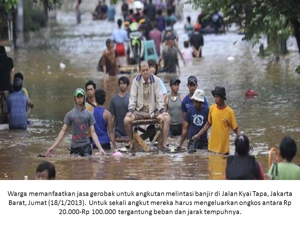 Warga memanfaatkan jasa gerobak untuk angkutan melintasi banjir di Jalan Kyai Tapa, Jakarta Barat, Jumat (18/1/2013).