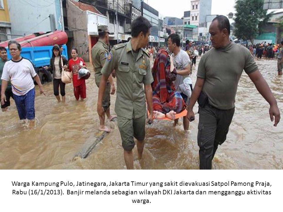 Warga Kampung Pulo, Jatinegara, Jakarta Timur yang sakit dievakuasi Satpol Pamong Praja, Rabu (16/1/2013).
