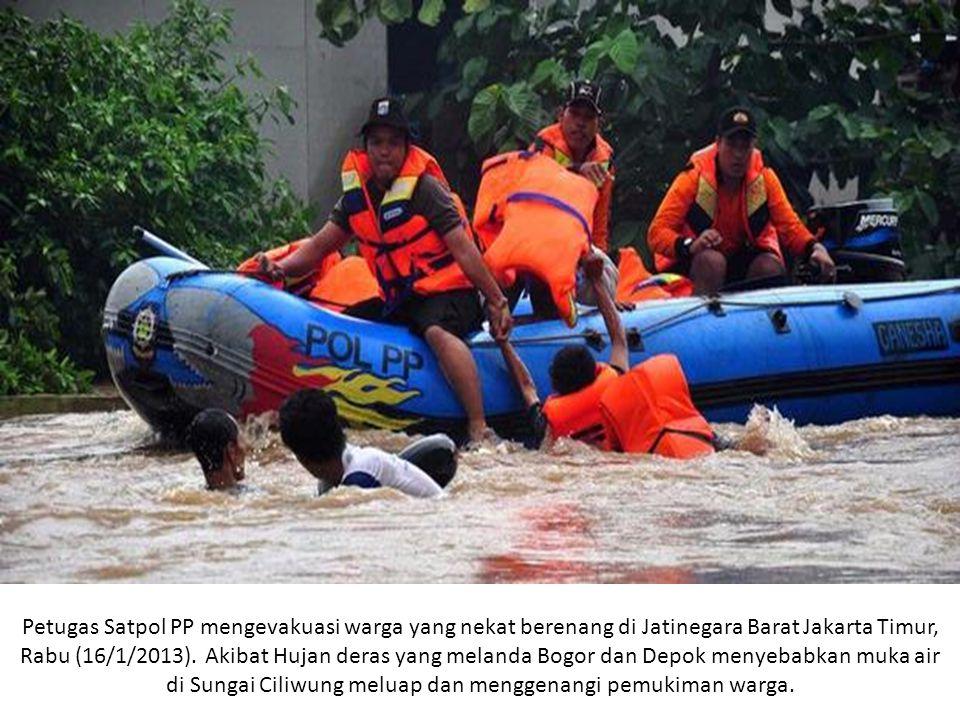Petugas Satpol PP mengevakuasi warga yang nekat berenang di Jatinegara Barat Jakarta Timur, Rabu (16/1/2013).
