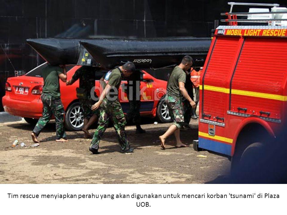 Tim rescue menyiapkan perahu yang akan digunakan untuk mencari korban tsunami di Plaza UOB.
