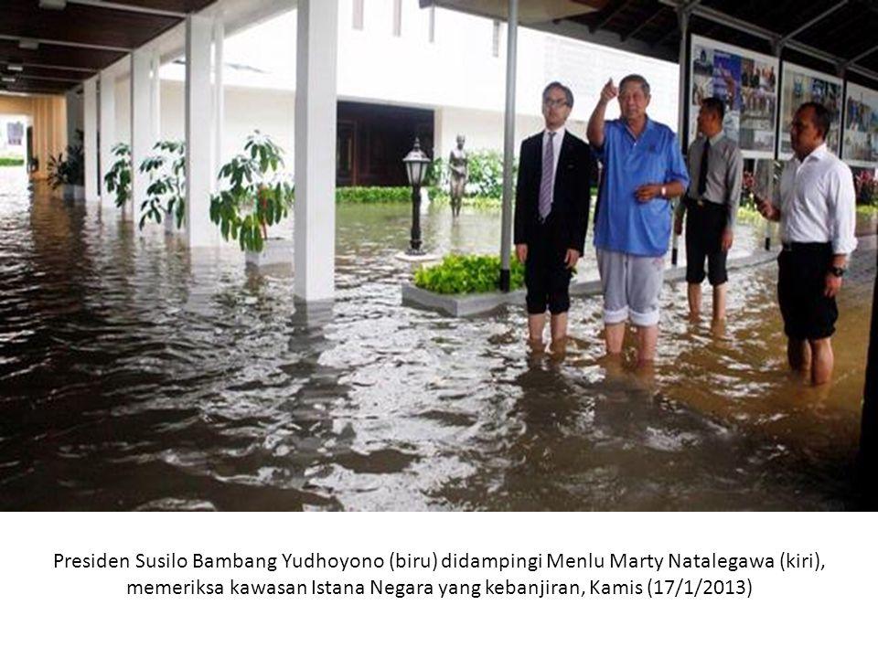 Presiden Susilo Bambang Yudhoyono (biru) didampingi Menlu Marty Natalegawa (kiri), memeriksa kawasan Istana Negara yang kebanjiran, Kamis (17/1/2013)
