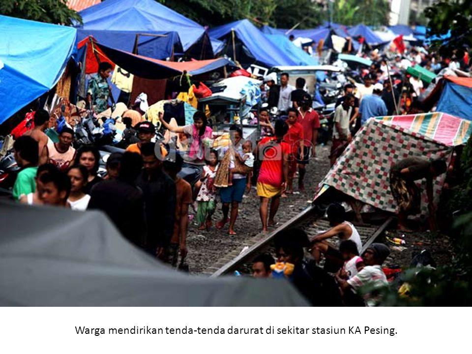 Warga mendirikan tenda-tenda darurat di sekitar stasiun KA Pesing.