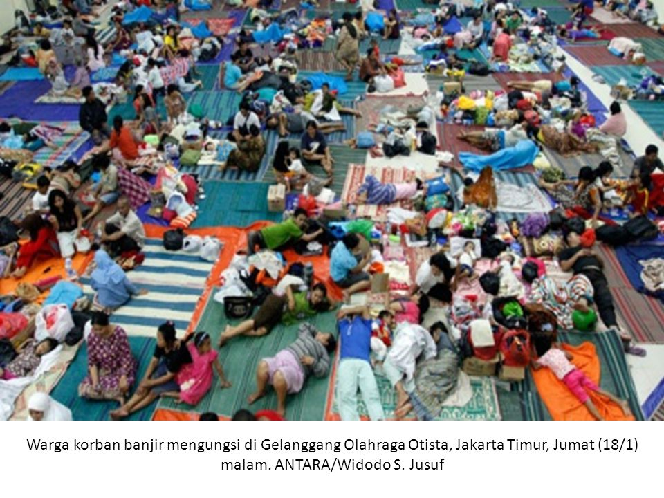 Warga korban banjir mengungsi di Gelanggang Olahraga Otista, Jakarta Timur, Jumat (18/1) malam.