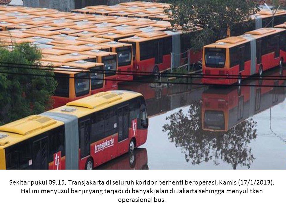 Sekitar pukul 09.15, Transjakarta di seluruh koridor berhenti beroperasi, Kamis (17/1/2013).