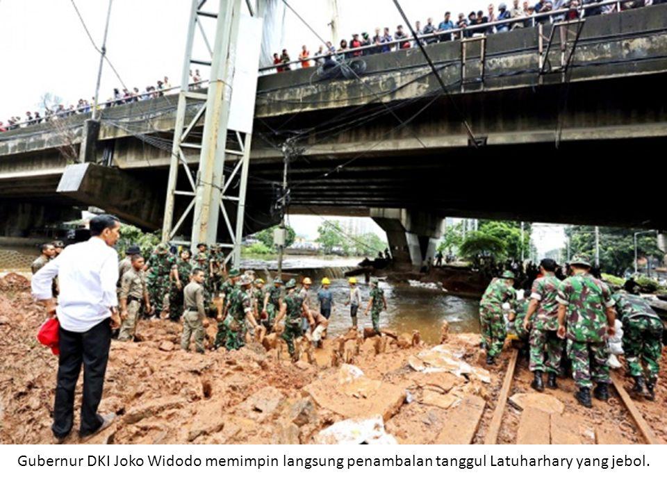 Banjir di kawasan Petamburan, Kecamatan Tanah Abang, Jakarta Pusat, pada Jumat (18/1/2013) pagi kian naik.