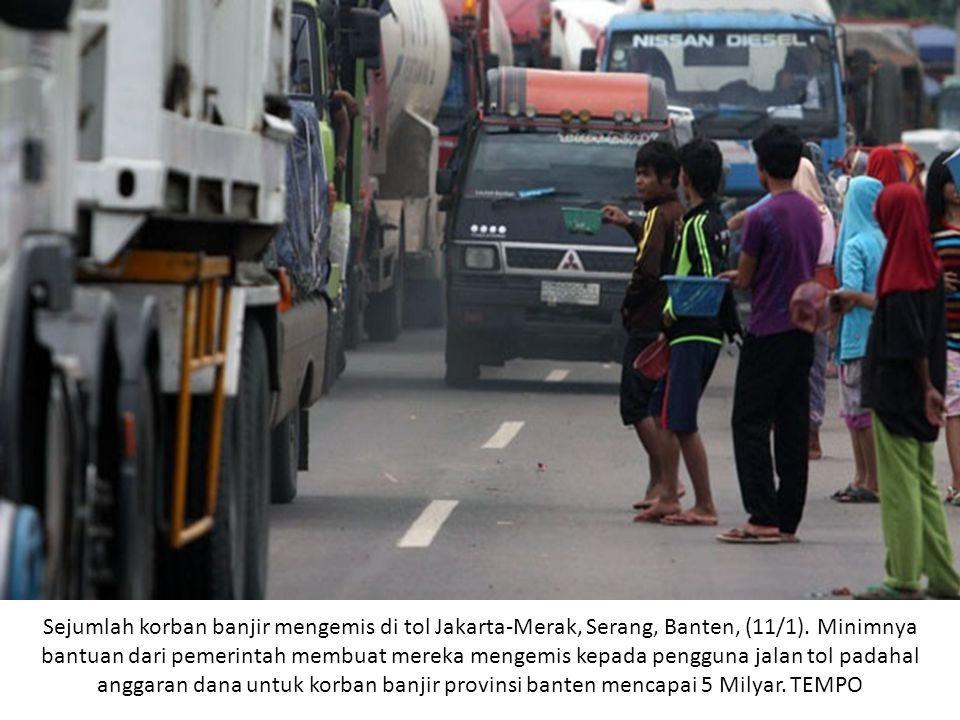 Sejumlah korban banjir mengemis di tol Jakarta-Merak, Serang, Banten, (11/1). Minimnya bantuan dari pemerintah membuat mereka mengemis kepada pengguna
