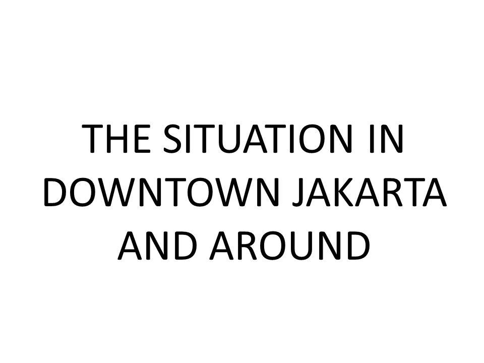 Warga meniti rel yang tergerus banjir akibat jebolnya tanggul kanal banjir barat di Jalan Latuharhari, di bawah jembatan layang Kuningan, Jakarta jebol, Kamis (17/1/2013).