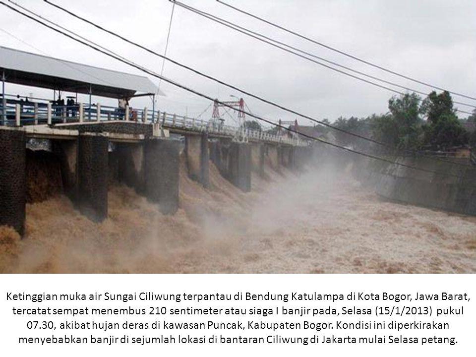 Ketinggian muka air Sungai Ciliwung terpantau di Bendung Katulampa di Kota Bogor, Jawa Barat, tercatat sempat menembus 210 sentimeter atau siaga I ban