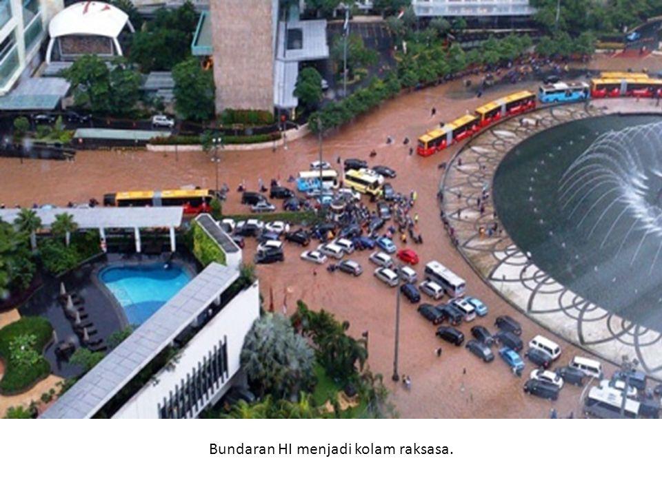Petugas Dinas Pemadam Kebakaran DKI mengangkut karyawan yang terjebak banjir di Bundaran Hotel Indonesia, Jakarta menggunakan mobil pemadam kebakaran, Kamis (17/1/2013).