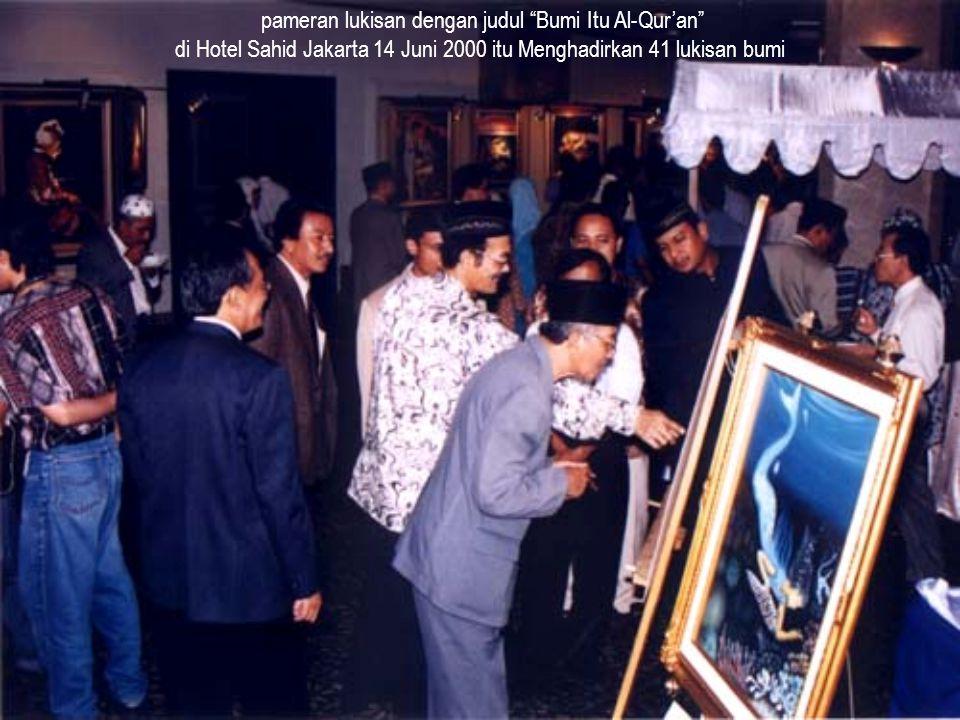 """pameran lukisan dengan judul """"Bumi Itu Al-Qur'an"""" di Hotel Sahid Jakarta 14 Juni 2000 itu Menghadirkan 41 lukisan bumi"""