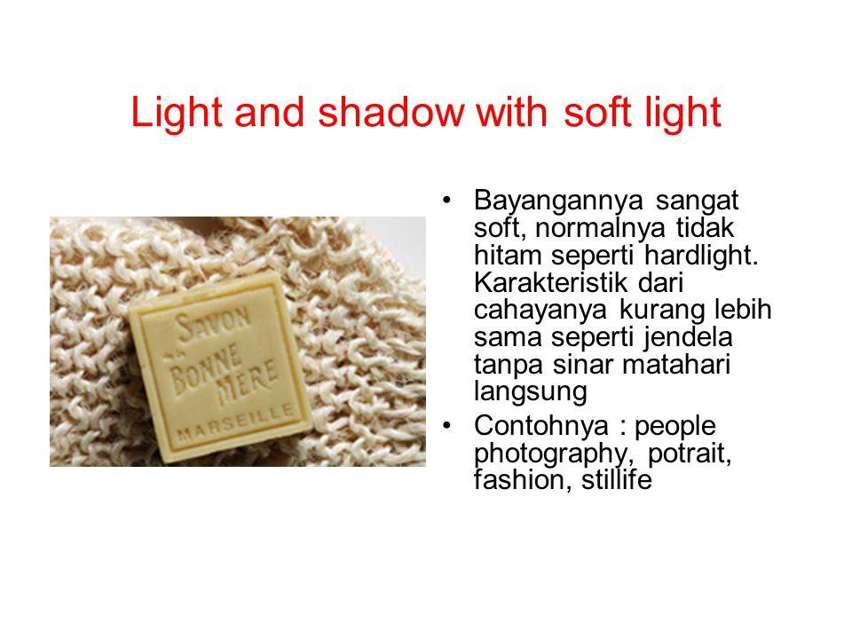Light and shadow with soft light Bayangannya sangat soft, normalnya tidak hitam seperti hardlight. Karakteristik dari cahayanya kurang lebih sama sepe