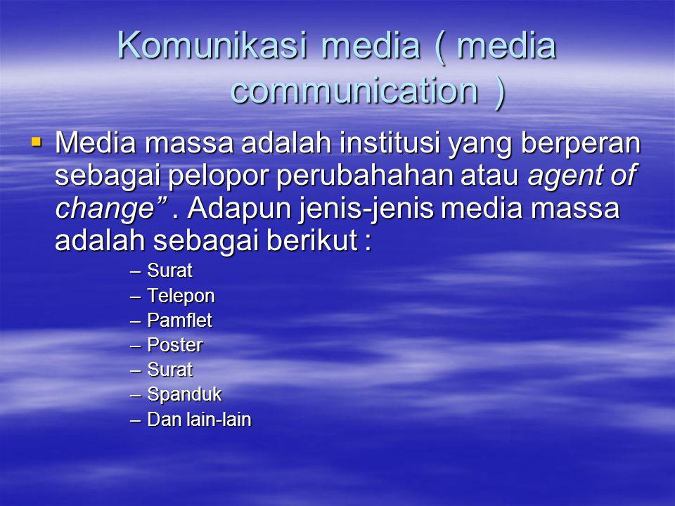 Komunikasi media ( media communication )  Media massa adalah institusi yang berperan sebagai pelopor perubahahan atau agent of change .