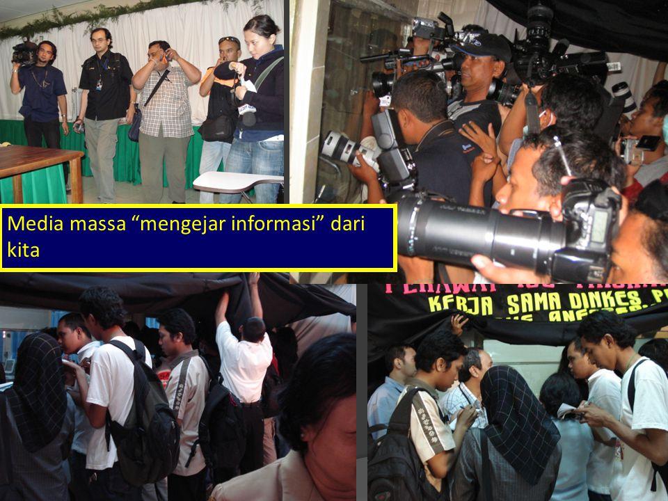 Media massa mengejar informasi dari kita