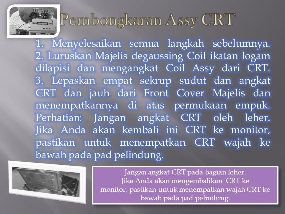 Jangan angkat CRT pada bagian leher.